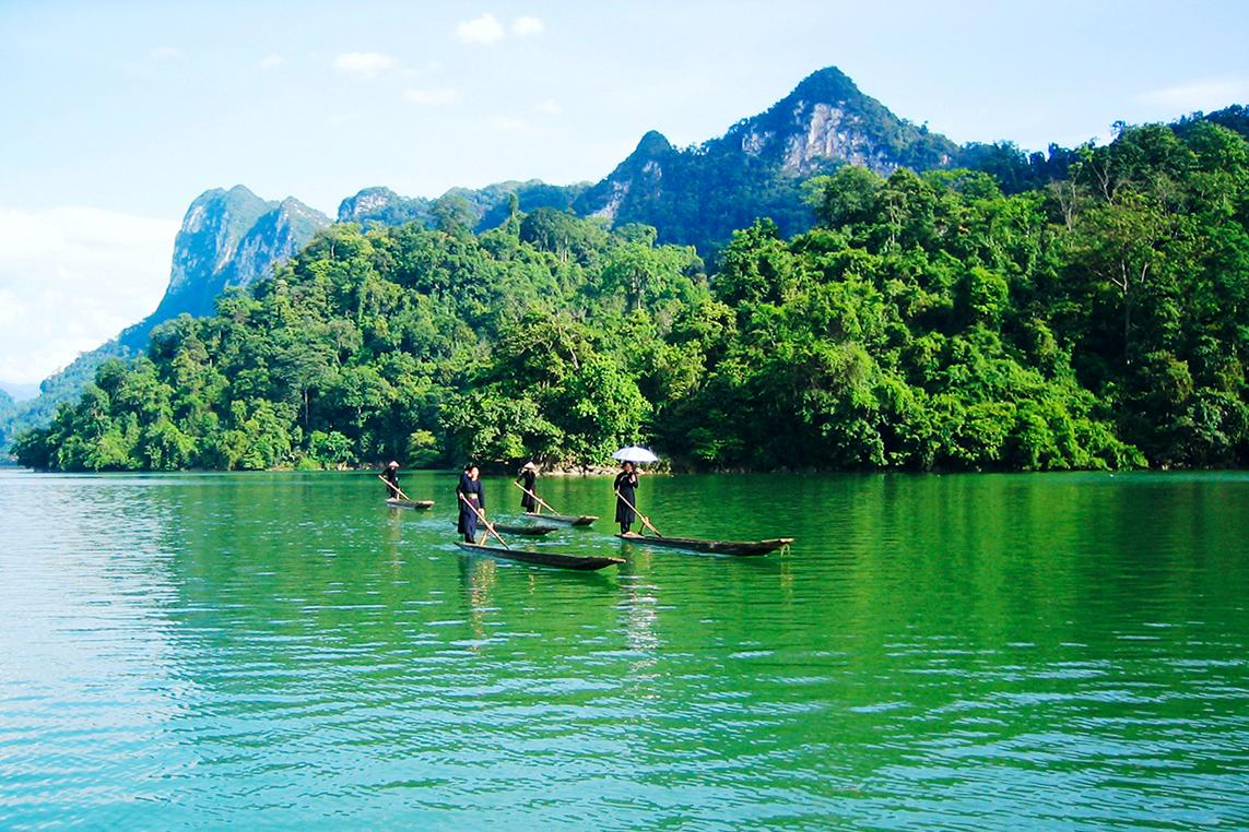 Vườn quốc gia Ba Bể (Bắc Kạn) được tạo nên từ những ngọn núi đá vôi cao chót, du khách có thể đi thuyền để khám phá các hang động đá vôi ẩn dọc theo mép nước