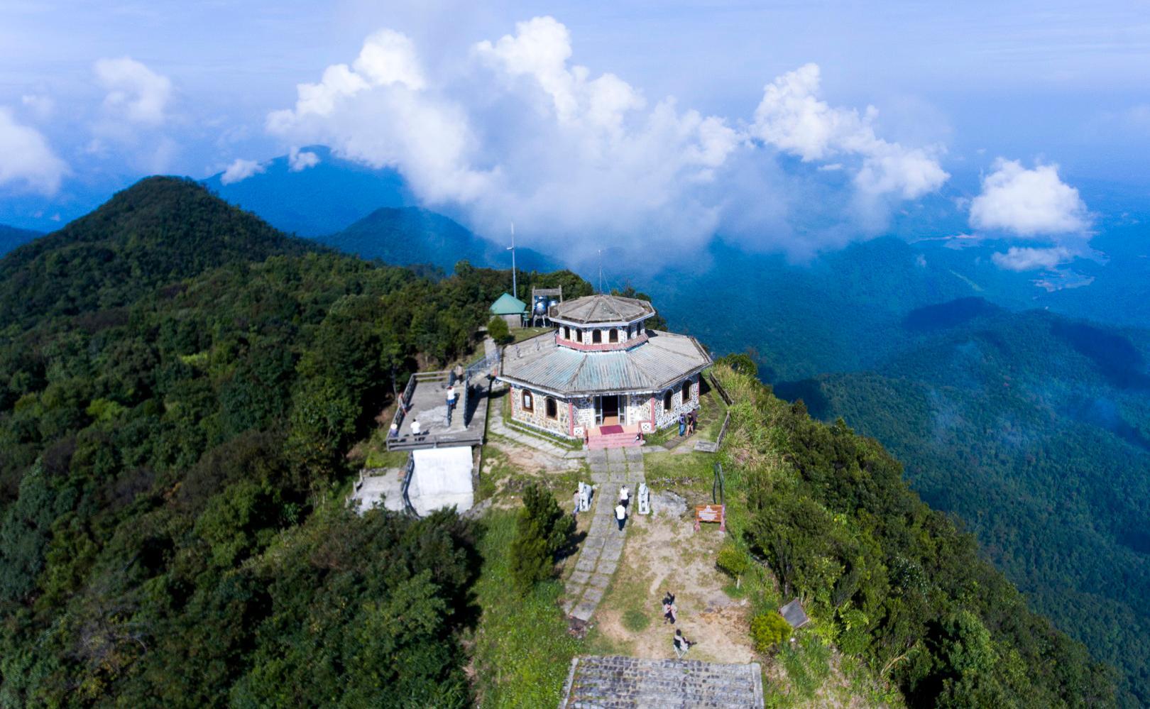 Cách thành phố Huế khoảng 40 km, Vườn quốc gia Bạch Mã là dải rừng nguyên sinh duy nhất của Việt Nam, khu vực này quy tụ nhiều loại động vật và thực vật quý hiếm của miền nhiệt đới