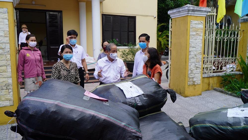 Phó Bí thư Thường trực Tỉnh uỷ Thừa Thiên Huế Phan Ngọc Thọ đến chia sẻ, động viên các lực lượng quyên góp, vận chuyển chuyến hàng đầu tiên vào hỗ trợ người dân TP Hồ Chí Minh.