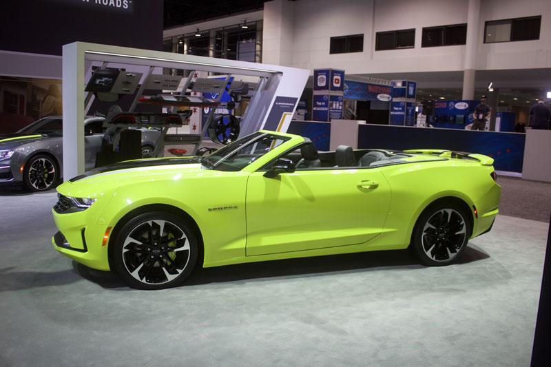 7. Chevrolet Camaro Convertible 2021 (giá khởi điểm: 26.195 USD).