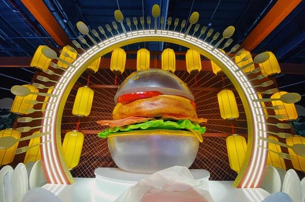 Chiếc bánh burger trong suốt được làm từ công nghệ tương lai và tốt cho sức khỏe, một trong những sản phẩm sáng tạo trưng bày tại TMF 2021.