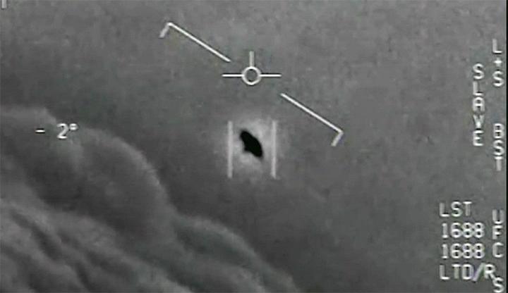 Hình ảnh UFO được ghi lại bằng camera hồng ngoại trên máy bay Mỹ. Ảnh: Chụp màn hình.