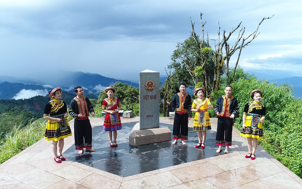 """A Pa Chải được biết đến là điểm cực Tây của Tổ quốc, thuộc xã Sín Thầu, huyện Mường Nhé, tỉnh Điện Biên. Theo biển thông tin giới thiệu ở địa phương, tại A Pa Chải có cột mốc giao điểm đường biên giới của 3 nước Việt Nam - Lào - Trung Quốc, nằm trên đỉnh núi Khoan La San, cao hơn 1.860 m, tọa độ 22°24'02,295'' vĩ độ Bắc, 102º08'38,109"""" kinh độ Đông, xây dựng năm 2005. Ảnh: Trang TTĐT Điểm cực Tây."""