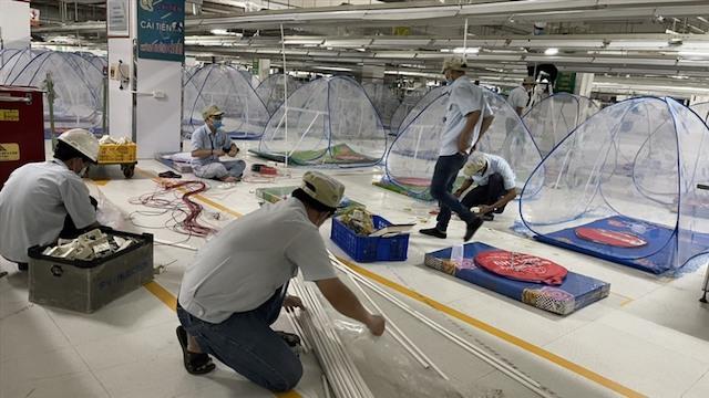 Nhà máy trong các khu công nghiệp Bình Dương đang bố trí chỗ ăn nghỉ, sản xuất tại chỗ, đảm bảo đưa đón công nhân.