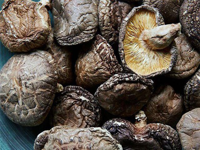 Nấm hương Nhật hơn 8 triệu đồng/kg, dân Hà Nội mua về xào rau, nấu canh ăn hằng ngày - Ảnh 2.