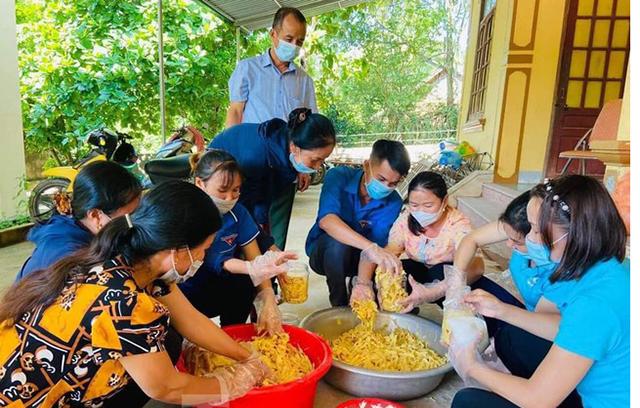 Người dân huyện Con Cuông muối măng gửi vào TP Hồ Chí Minh