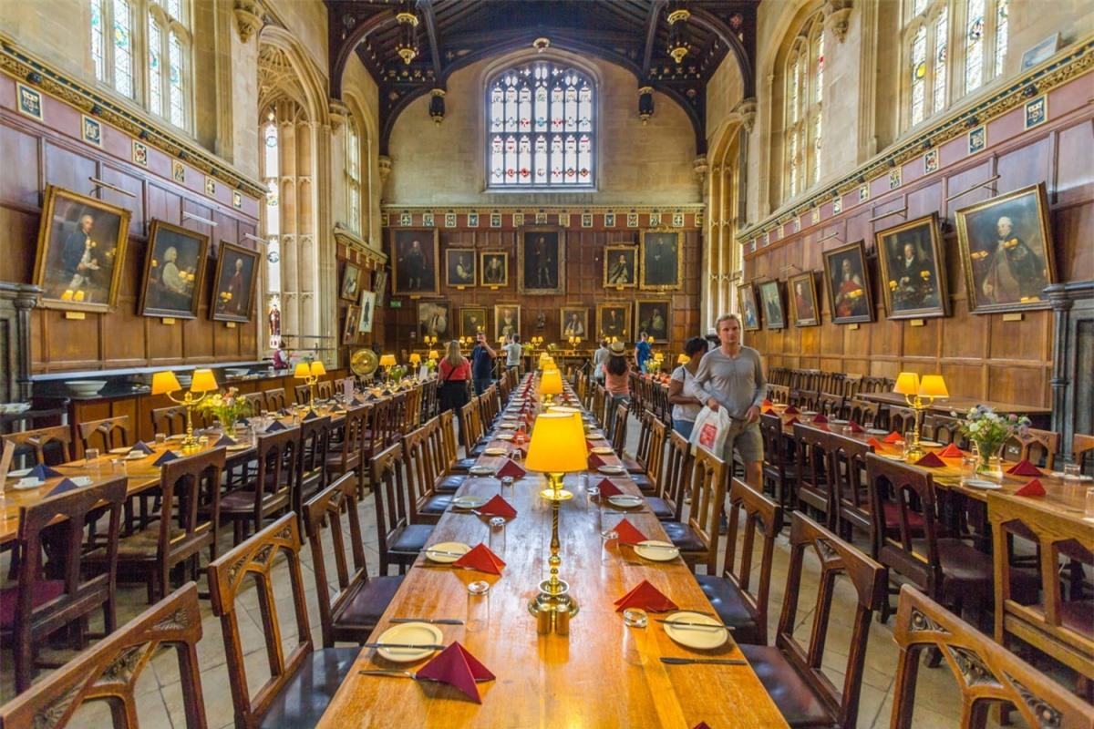 Nhà thờ Christ Church tại Đại học Oxford (Anh) là nơi tổ chức các bữa tiệc tại Đại sảnh đường của Hogwarts trong phim Harry Potter. Khi đến đây, bạn cũng sẽ bắt gặp những cầu thang quen thuộc nơi giáo sư McGonagall gặp Harry, Hermione và Ron lần đầu tiên.