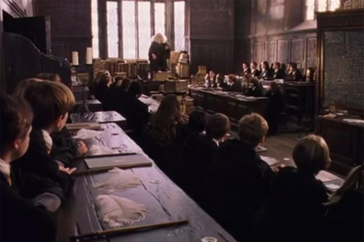 """Trường Harrow, London là nơi thực hiện các cảnh quay trong lớp học Bùa chú của Giáo sư Flitwick, nơi Hermione (do Emma Watson đóng) học cách điều khiển chiếc lông vũ với câu thần chú """"Wingardium Leviosa"""" trong """"Harry Potter và Hòn đá phù thủy""""."""