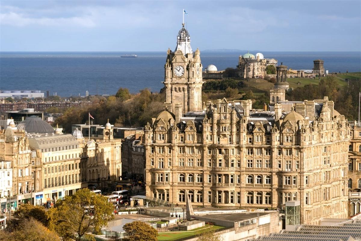 """Trong căn phòng 552 của khách sạn khách sạn Balmoral (Scotland), tác giả J.K. Rowling đã hoàn thành cuốn sách cuối cùng của bộ truyện, """"Harry Potter và Bảo bối Tử thần"""". Giờ đây căn phòng được đặt tên là """"JK Rowling Suite"""" với mức giá 2.500 bảng Anh mỗi đêm, bao gồm một chuyến tham quan và những loại cocktail theo chủ đề Harry Potter."""