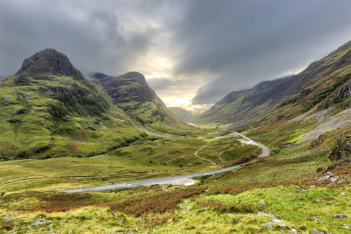 """Thung lũng Glencoe (Scotland) là nơi thực hiện nhiều cảnh quay ngoài trời trong phần phim """"Harry Potter và Tù nhân ngục Azkaban"""" và là nơi dựng túp lều của Hagrid. Nhiều bộ phim cũng chọn nơi đây làm bối cảnh, như """"Highlander"""", """"Monty Python and the Search for the Holy Grail"""" hay """"Rob Roy""""."""