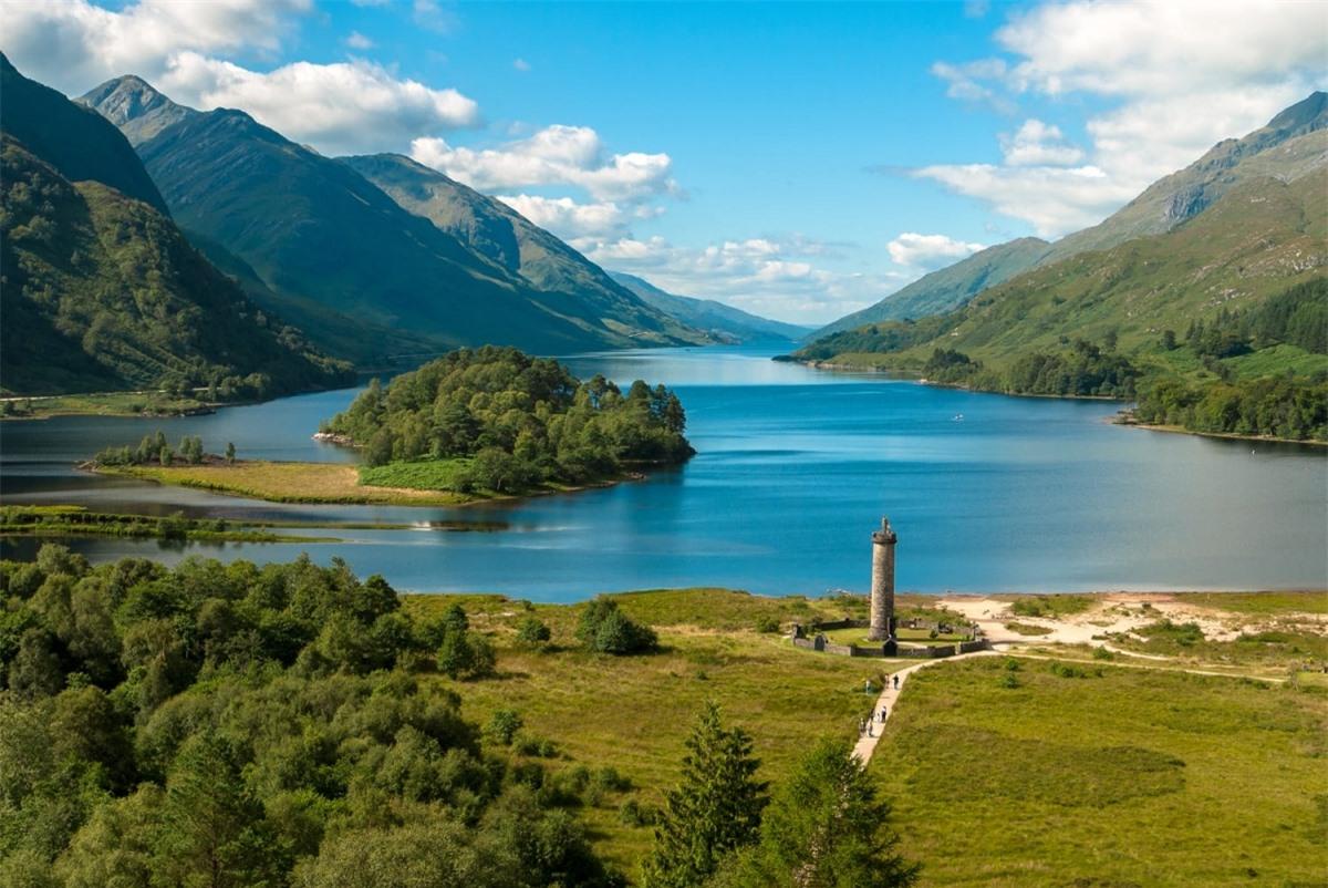 """Hồ Loch Shiel (Scotland) được dùng để thực hiện các cảnh quay trên hồ nước ở trường Hogwarts. Đoạn phim đáng nhớ nhất tại hồ nước này là khi Harry cưỡi trên con bằng mã Buckbeak và bay lượn quanh ngôi trường, trong """"Harry Potter và Tù nhân ngục Azkaban""""."""