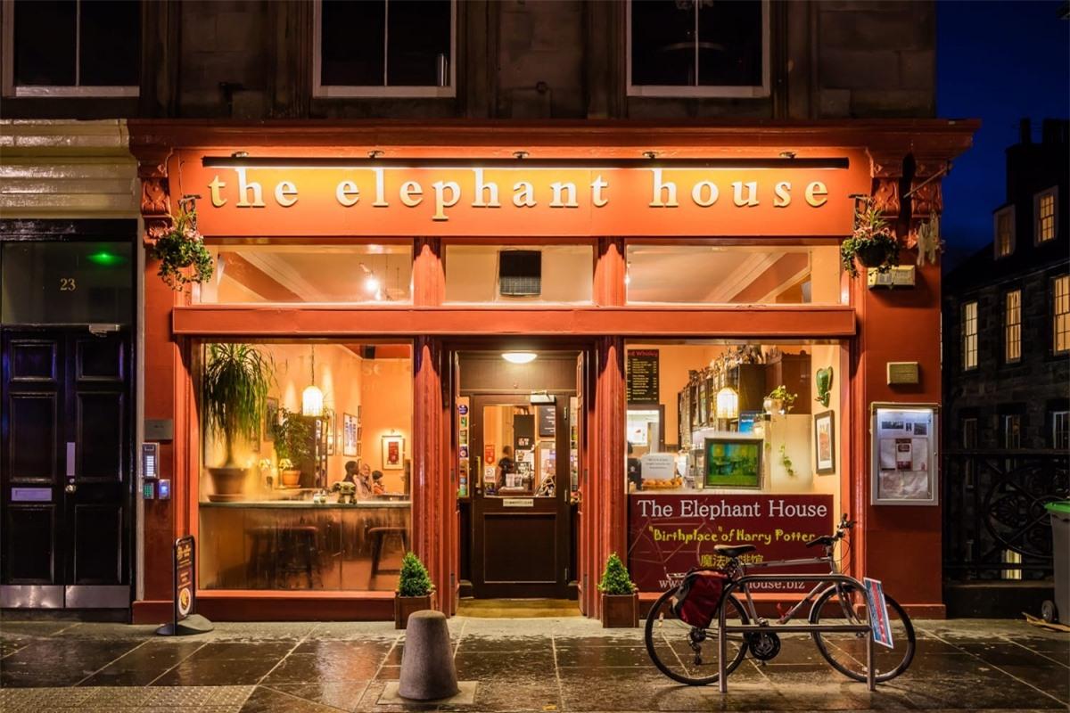 The Elephant House (Scotland) là nơi bạn có thể chọn một ly cà phê và một cuốn sách để thưởng thức sự yên tĩnh. J.K. Rowling đã dành nhiều thời gian ở đây để viết ra câu chuyện Harry Potter - một trong những bộ sách nổi tiếng nhất trên thế giới.