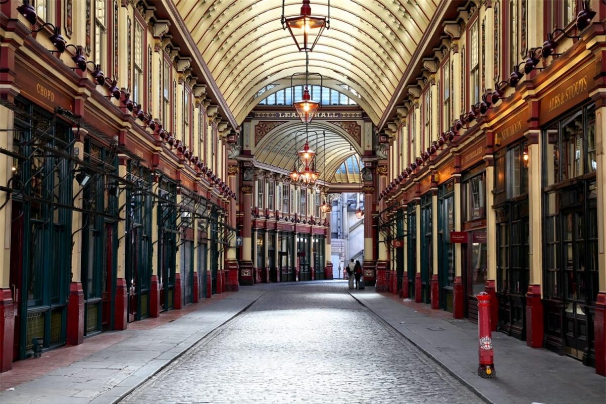 """Leadenhall Market tại London (Anh) chính là Hẻm Xéo trong phim Harry Potter. Quán Cái Vạc Lủng trong phần 4 """"Harry Potter và Chiếc cốc lửa"""" cũng được lấy bối cảnh tại khu phố này."""