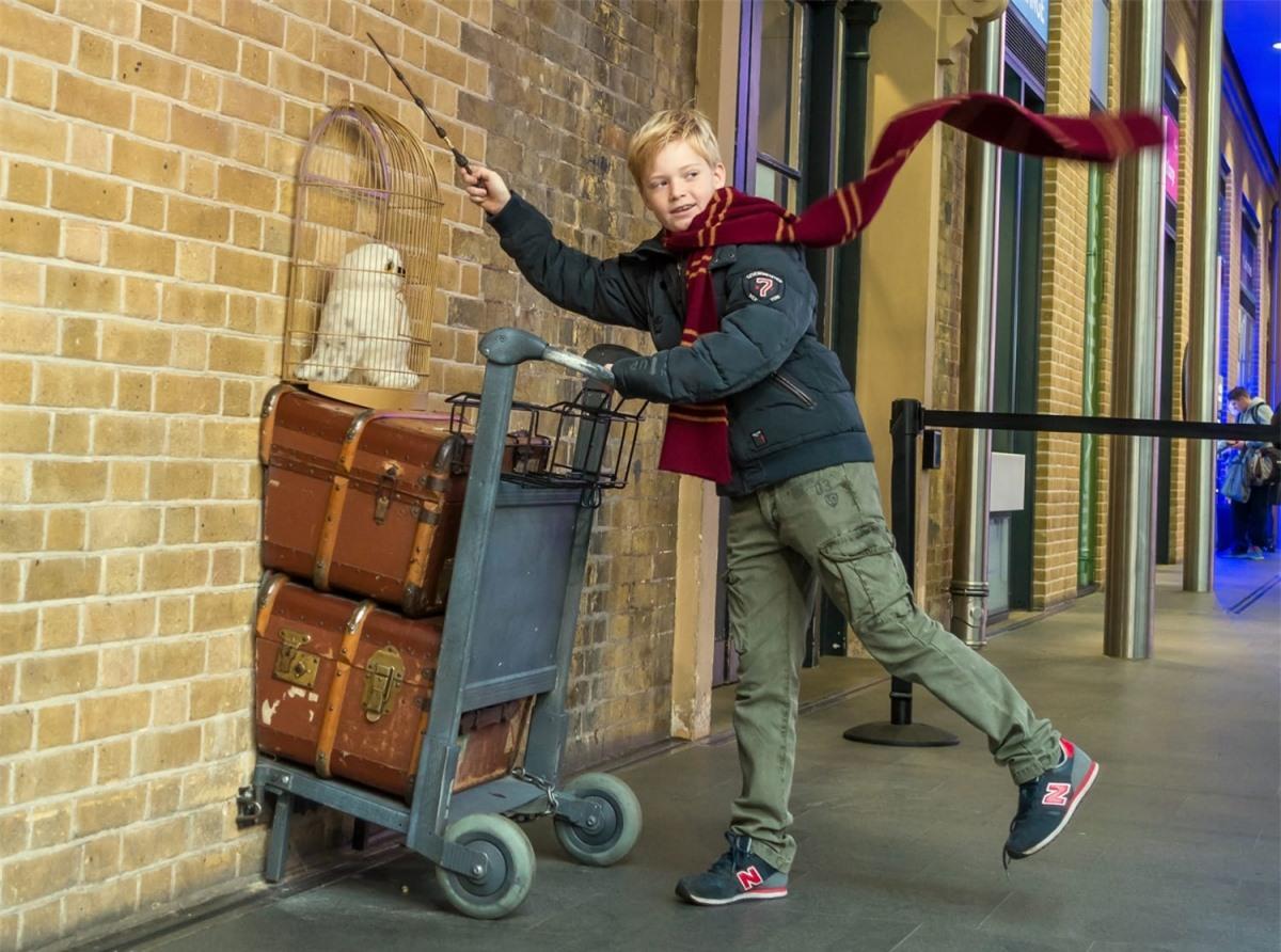 Đã là fan của Harry Potter thì không thể bỏ qua sân ga số 9 3/4. Địa điểm này trên thực tế là nhà ga King's Cross (Ngã tư Vua) tại London, với một điểm check-in với chiếc xe đẩy nổi tiếng cùng các cửa hàng đồ lưu niệm về thế giới phù thủy.