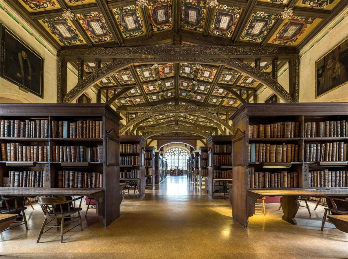 Thư viện Bodleian tại Đại học Oxford (Anh) gắn liền với những cảnh quay trong thư viện và bệnh xá tại ngôi trường phù thủy Hogwarts. Để tham quan thư viện, bạn phải đặt chỗ trước và tham gia tour có hướng dẫn viên.