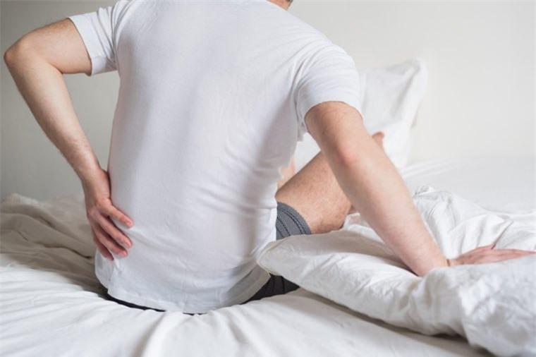 Đau lưng đi kèm 8 dấu hiệu này, cơ thể bạn đang gặp nguy 3