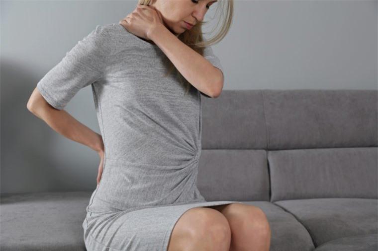 Đau lưng đi kèm 8 dấu hiệu này, cơ thể bạn đang gặp nguy 5