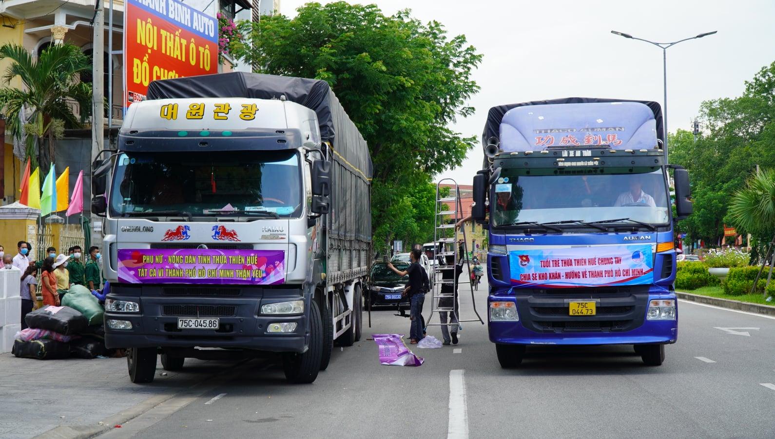 Xe vận chuyển hàng hóa thiết yếu được ưu tiên qua các chốt kiểm soát dịch bệnh.