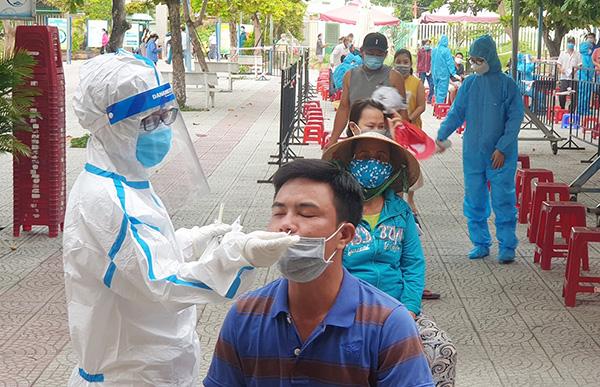 Trung tâm Y tế quận Sơn Trà lấy mẫu xét nghiệm người dân khu vực liên quan ở phường Nại Hiên Đông sau kh xuất hiện bệnh nhân N.B.K buon bán cá ở cảng cá Thọ Quang và chuỗi lây nhiễm mới