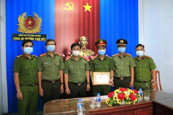 Đại tá Trường trao giấy khen cho tập thể Công an phường Bình Đức vì hành động đưa cụ bà đi cấp cứu kịp thời.