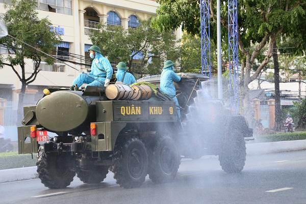 Lực lượng chức năng phun khử trên tuyến đường 30/4 (phường Hưng Lợi, quận Ninh Kiều, TP Cần Thơ).
