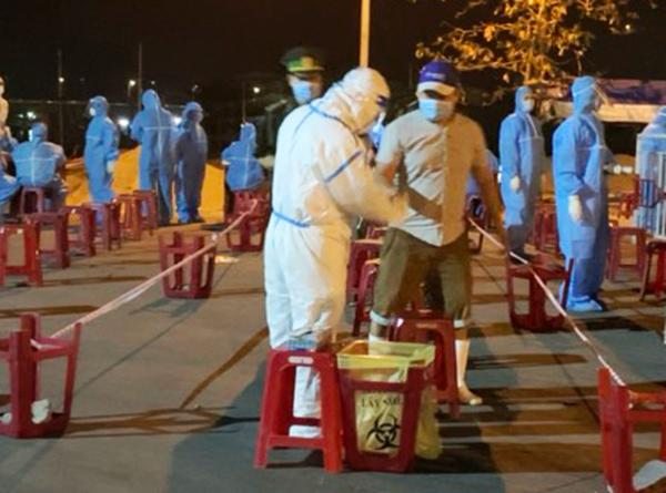 Lấy mẫu xét nghiệm cho những người buôn bán tại Cảng cá Thọ Quang