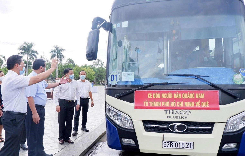 Lãnh đạo tỉnh động viên, chúc sức khoẻ các thành viên trong đoàn xe