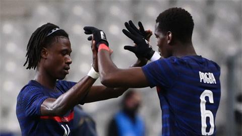 Nhiều khả năng Pogba (phải) sẽ rời MU để nhường chỗ cho người đồng đội trẻ Camavinga ở ĐT Pháp
