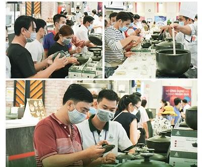 Khách hàng đang tìm hiểu về sản phẩm nồi sứ Minh Long.