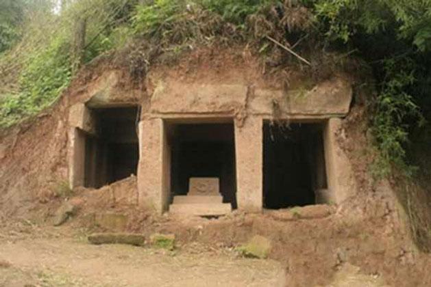 Trong lúc đi dạo trong rừng, một người đàn ông đã vô tình phát hiện ra một lăng mộ cổ. (Ảnh: Kknews)
