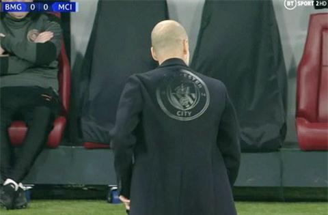 Pep với áo jacket có in hình logo của Man City