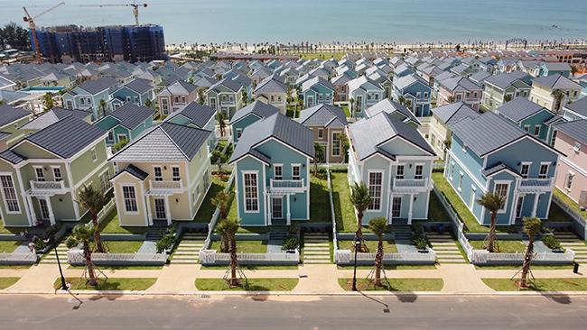 Bất động sản nghỉ dưỡng ven biển vẫn là điểm nóng đầu tư, đón dòng tiền đổ vào trong nửa đầu năm 2021 và đạt tỷ lệ hấp thụ rất tốt. (Ảnh thực tế các second home Florida tại NovaWorld Phan Thiet – Bình Thuận).