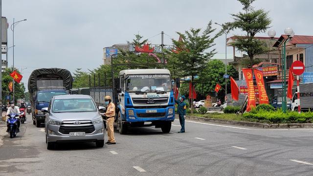 Cơ quan chức năng kiểm tra giấy tờ liên quan của người lái xe tại chốt kiểm soát.