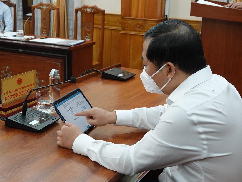 Chủ tịch UBND tỉnh Bình Định Nguyễn Phi Long ký thỏa thuận online với Tập đoàn FPT.
