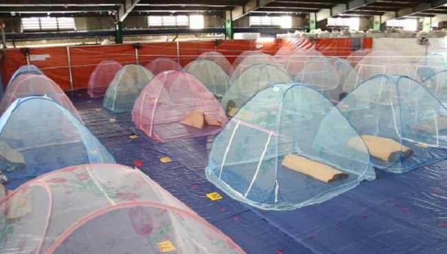 Khu vực phòng ngủ được trang bị mùng, mền, chiếu, gối, quạt, điện đầy đủ cho người lao động.