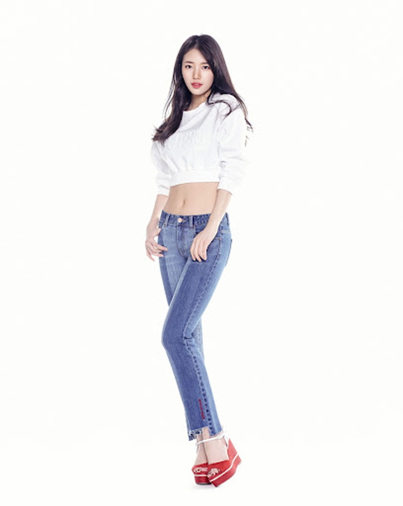 5. Suzy thì được biết đến với khả năng chinh phục quần jeans cực đỉnh. Đây là món đồ tôn dáng cực đỉnh, giúp cô lọt top 5 sao nữ sở hữu body hot hit nhất xứ Kim chi. Item đơn giản này giúp tôn lên đôi chân nuột nà, vòng 3 chuẩn chỉnhmà còn mang đến phong cách năng động cho cô.
