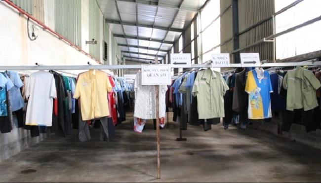 Khu vực phơi quần áo rộng rãi, thoáng mát, có mái che và quạt gió, móc phơi đồ.