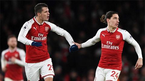 Xhaka (trái) và Bellerin đang dắt tay nhau rời Arsenal