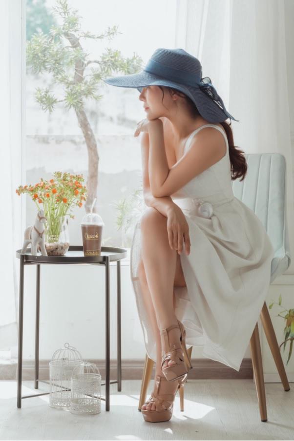 Trong một bài phỏng vấn người đẹp Kim Chi từng chia sẻ: Bên cạnh vẻ đẹp bên ngoài, vẻ đẹp tri thức thì sự tự tin về năng lực mới có thể  khiến bạn thực sự có sự tự tin toả sáng.