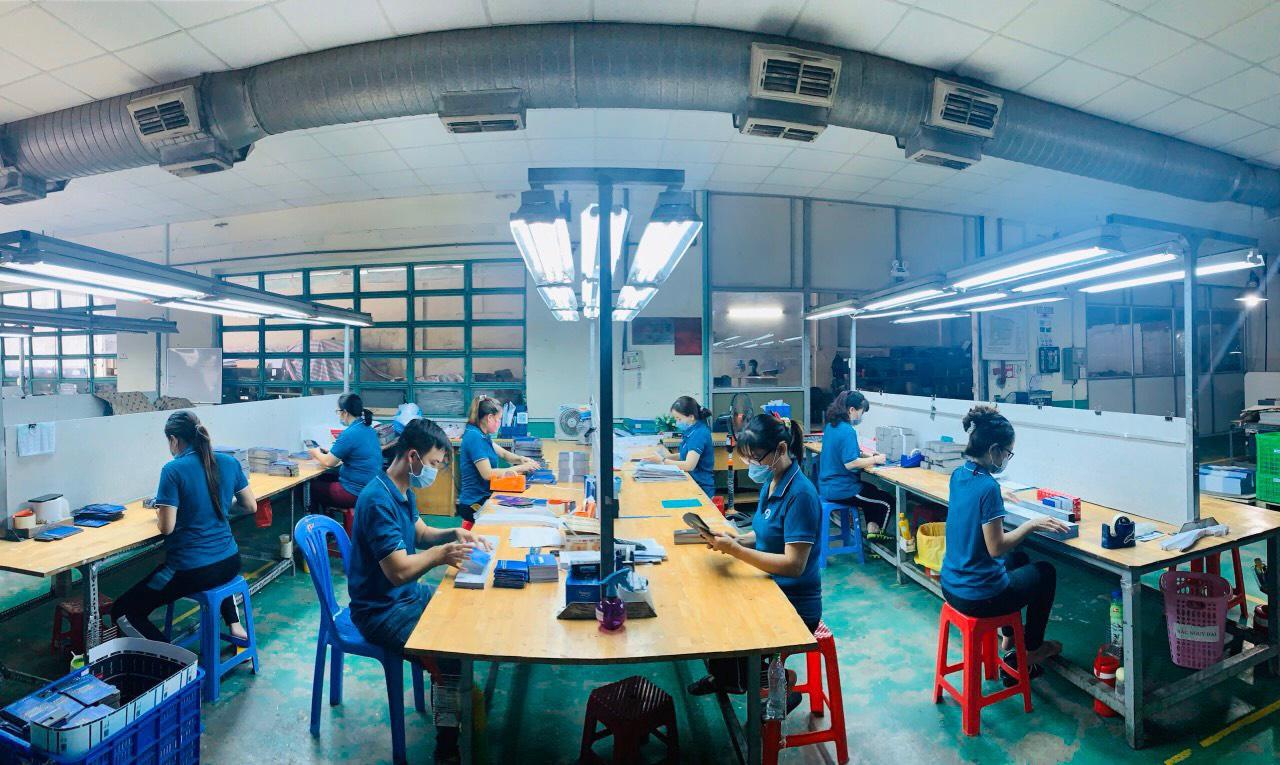 Công nhân làm việc tại doanh nghiệp hoạt động '3 tại chỗ' tại khu vực phía Nam.