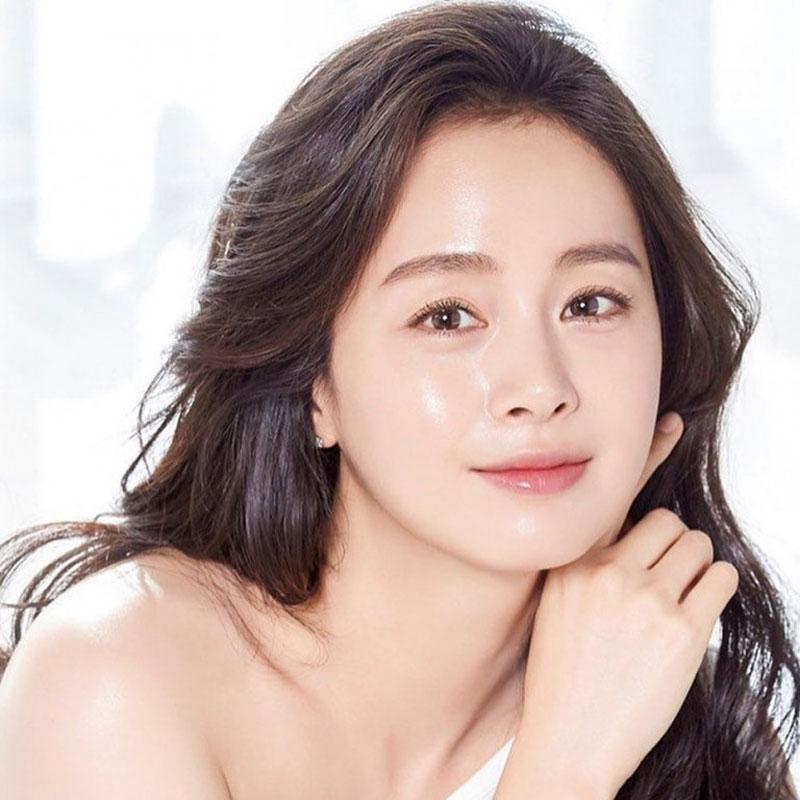 """Kim Tae Hee được mệnh danh là """"ngọc nữ"""" của làng giải trí Hàn. Ở tuổi 40, cô vẫn được mệnh danh là một trong những biểu tượng sắc đẹp của Hàn Quốc khi sở hữu nhan sắc tự nhiên."""