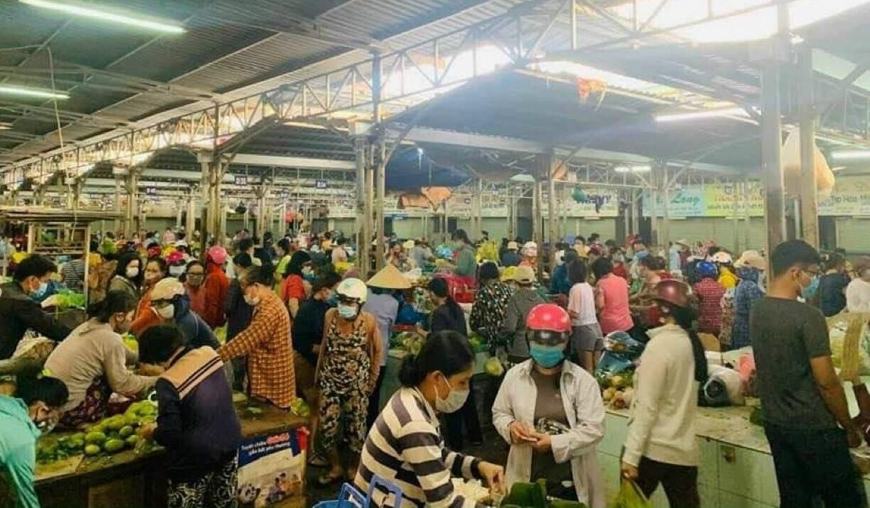 Người dân Nha Trang đổ xô đi mua tích trưc hàng hoá sau khi có thông tin đóng cửa chợ truyền thống.