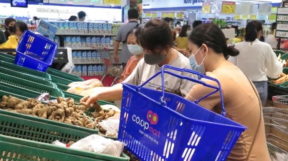 Sau khi có thông tin, trên địa bàn TP Nha Trang, đã xảy ra tình trạng người dân đổ xô đi gom mua hàng hoá tích trữ, khiến nhiều siêu thị quá tải.