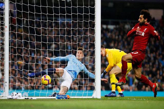 Trung vệ John Stones của Man City phá bóng trên vạch vôi trong trận gặp Liverpool.