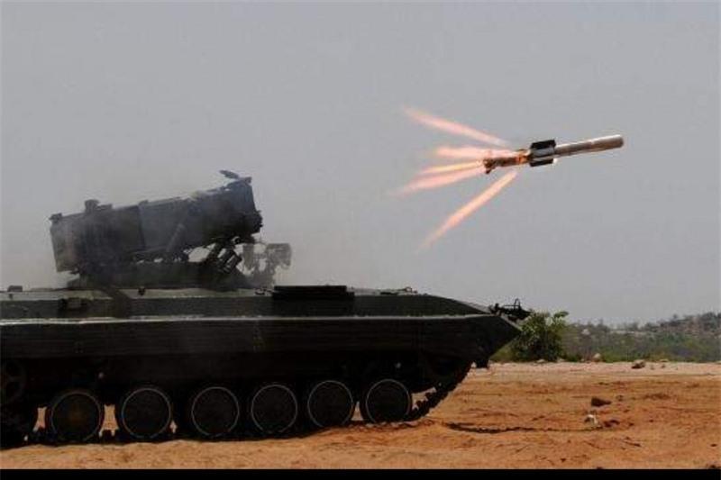 NAG có thể được phóng từ bãi phóng đặt trên mặt đất hoặc căn cứ không quân. Phiên bản mặt đất hiện có thể lắp đặt lên tàu hải quân NAMICA sử dụng tên lửa NAG có nguồn gốc từ tên lửa BMP-2 dùng tấn công thiết xa.