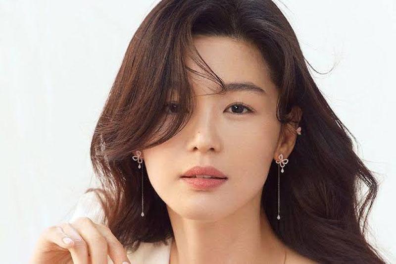 """4. """"Mợ chảnh"""" Jun Ji Hyun luôn khiến công chúng không tiếc lời khen ngợi mỗi khi xuất hiện nhờ vẻ đẹp trẻ trung và thân hình quyến rũ."""