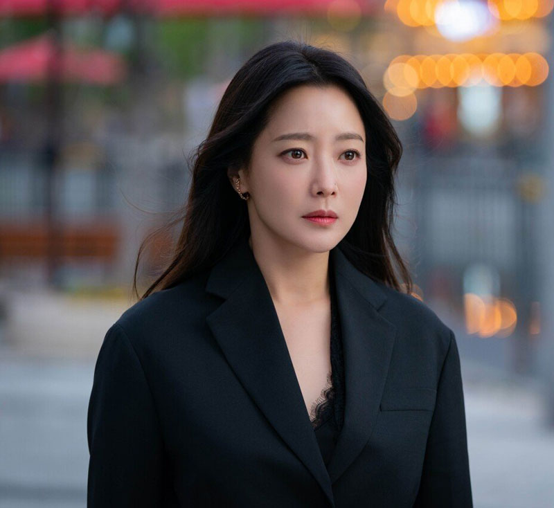 Từng tự nhận xinh đẹp hơn Kim Tae Hee và Jun Ji Hyun, từ khi mới bước chân vào làng giải trí, nữ diễn viên được xem là nhan sắc nổi bật của màn ảnh xứ Hàn nhờ nét đẹp Á Đông và nụ cười rạng rỡ. Bước qua độ tuổi 40 nhưng nhan sắc của Kim Hee Sun vẫn luôn khiến công chúng phải ghen tỵ, ngưỡng mộ.