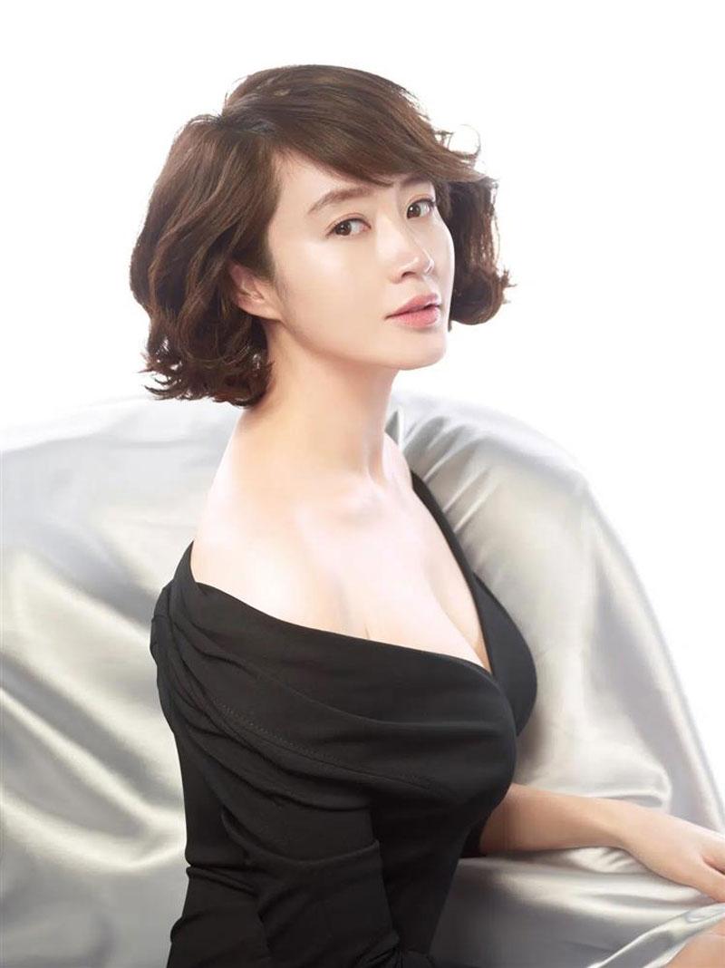 """Kim Hye Soo luôn là một trong những biểu tượng nhan sắc không bao giờ thiếu tên trong các BXH sắc đẹp. Đúng như biệt danh """"chị đại"""", Kim Hye Soo từ thuở đôi mươi cho đến thời điểm hiện tại luôn toát lên thần thái quyến rũ, mạnh mẽ."""