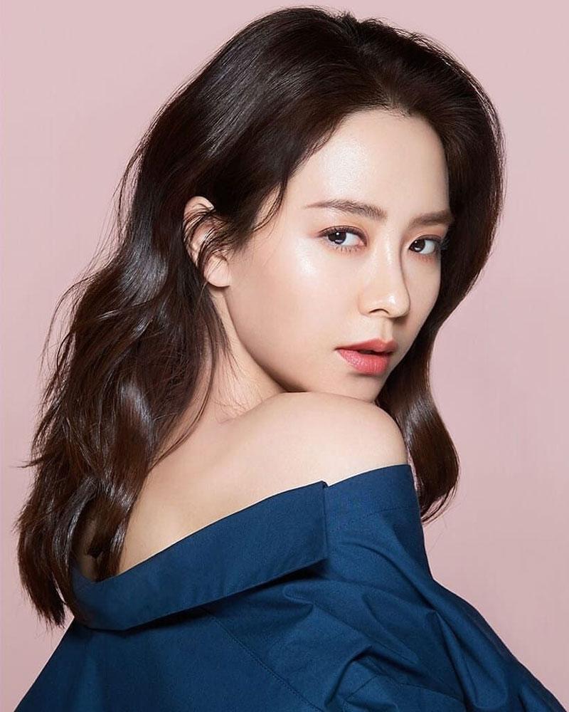 """Kể từ màn góp mặt trong siêu phẩm Goong Hoàng Cung cho đến nay, nhan sắc của Song Ji Hyo luôn là chủ đề được nhiều người hâm mộ bàn tán. Mặc dù đến nay đã 14 năm trôi qua thế nhưng nhan sắc như thuở đôi mươi của """"mợ Ngố"""" vẫn khiến ai nấy phải trầm trồ. Không những thế, ngoại hình lẫn khí chất của nàng Song tuyệt đối không hề kém cạnh một ai."""