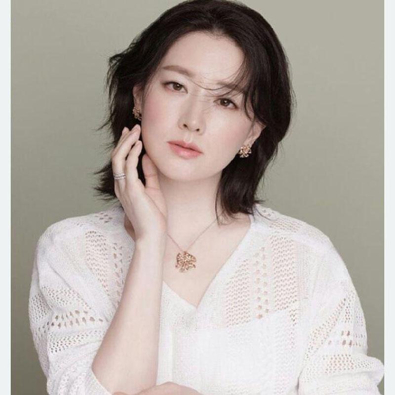 """7. """"Nàng Dae Jang Geum"""" Lee Young Ae được khen ngợi là quốc bảo nhan sắc xứ Hàn. Dù không thường xuyên chú trọng trang điểm đậm như nhiều ngôi sao khác, nữ diễn viên 49 tuổi vẫn khiến công chúng ngưỡng mộ vì sở hữu làn da trắng mịn màng, gương mặt tràn đầy sức sống cùng thần thái sang trọng, quý phái. Những nếp nhăn nhỏ ở đuôi mắt và khóe miệng không làm ảnh hưởng đến nhan sắc rạng rỡ của Lee Young Ae."""